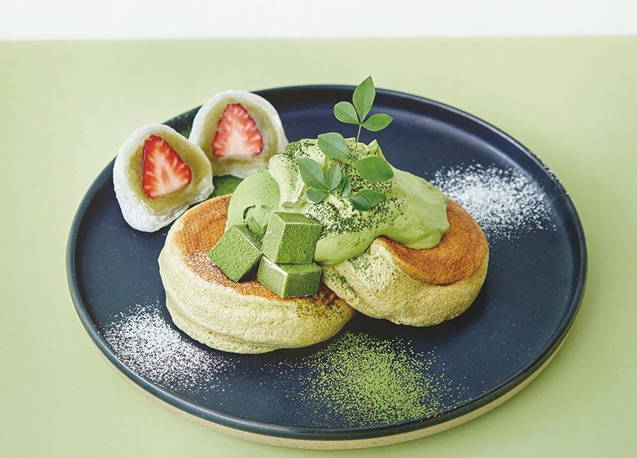京都限定の「奇跡のパンケーキ 宇治抹茶づくし」。抹茶餡のいちご大福添え