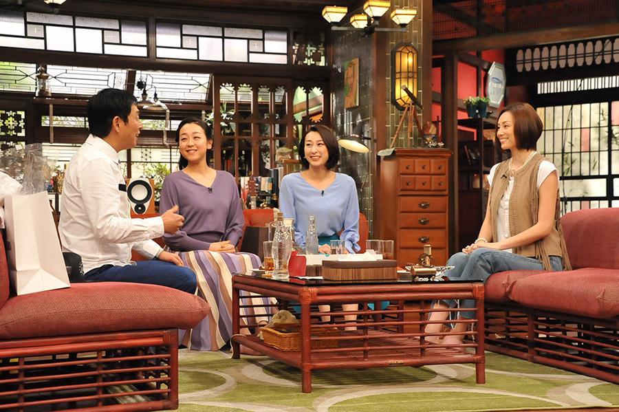左から、MCの明石家さんま、浅田真央、浅田舞、米倉涼子