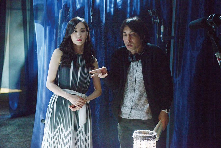 御堂静香役の真飛聖(左)と三浦大輔監督