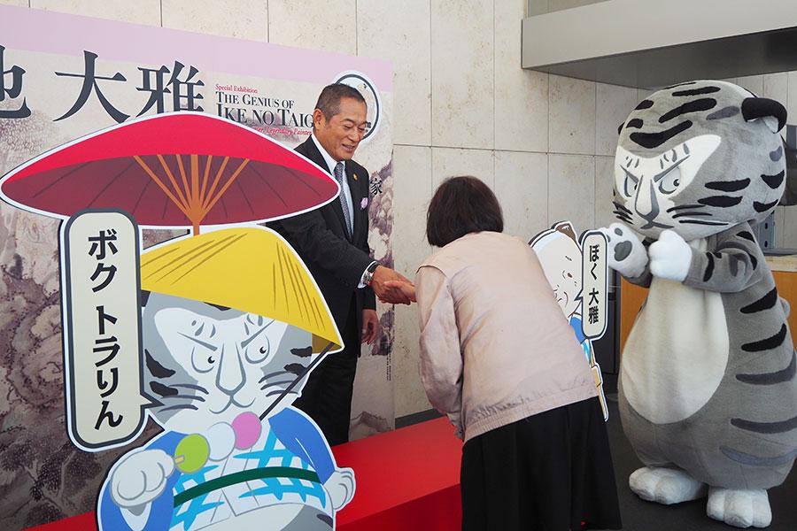 ファンと握手をする松平健(13日、京都市)