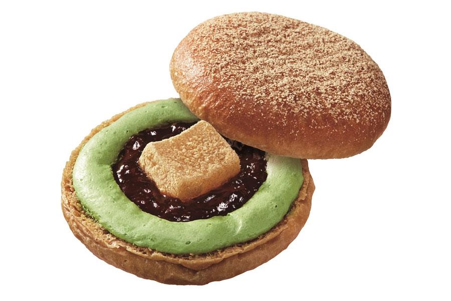 黒糖を練り込んだイースト生地に、黒蜜ジュレとわらびもち、抹茶ホイップをサンドし、最後にきなこシュガーをふりかけた「黒糖ドーナツ 宇治抹茶わらびもち」(194円)