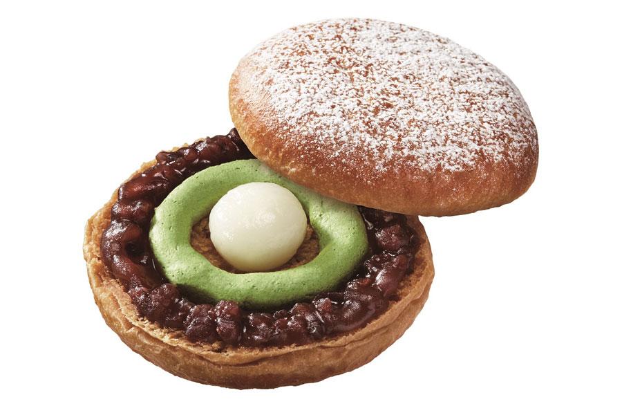 黒糖を練り込んだイースト生地に、あずきと白玉、抹茶ホイップをサンドし、最後にシュガーをふりかけた「黒糖ドーナツ 宇治抹茶白玉」(194円)