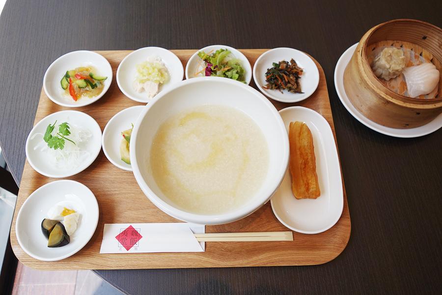 広東粥、豚肉と生ひじきのたいたの、蒸し鶏のネギソースなどがセットに。揚げパンはお粥にひたしていただいて