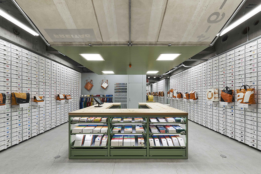 日本で3店舗目となる直営店。すべてのバッグが異なるので、好みのデザインを探し出すのも楽しみの一つ。photo DAICI ANO