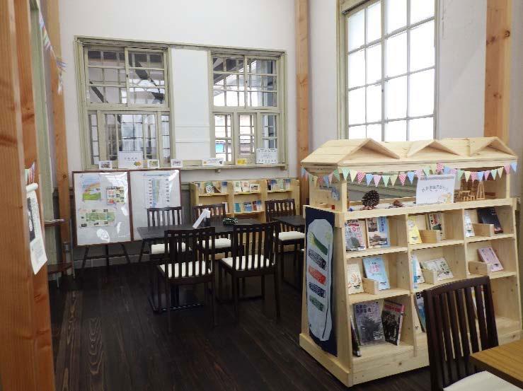 カフェ・ライブラリーの内観。市の図書館や寄贈書が置かれ貸し出しもおこなう予定