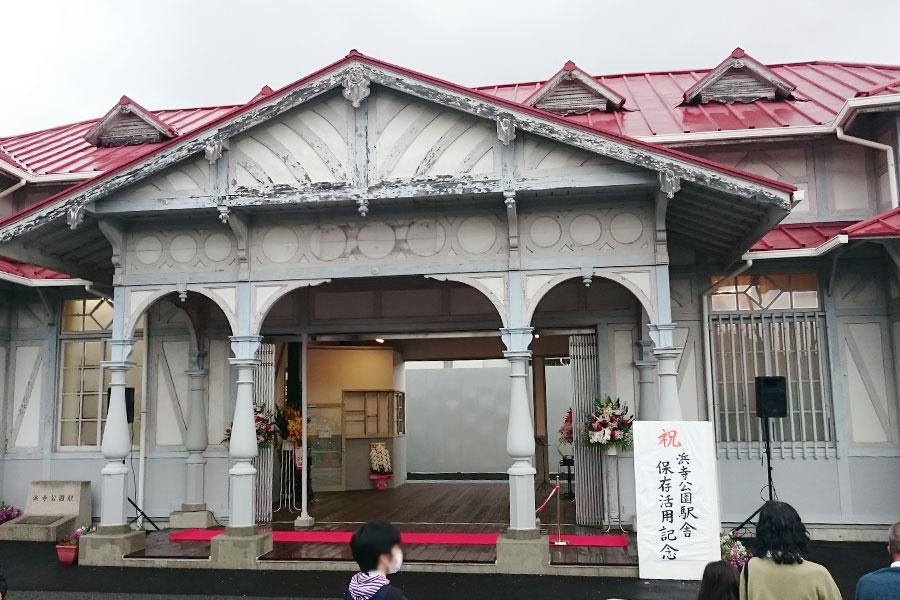 あいにくの雨のなか、式典がおこなわれた旧駅舎(15日、浜寺公園駅旧駅舎)