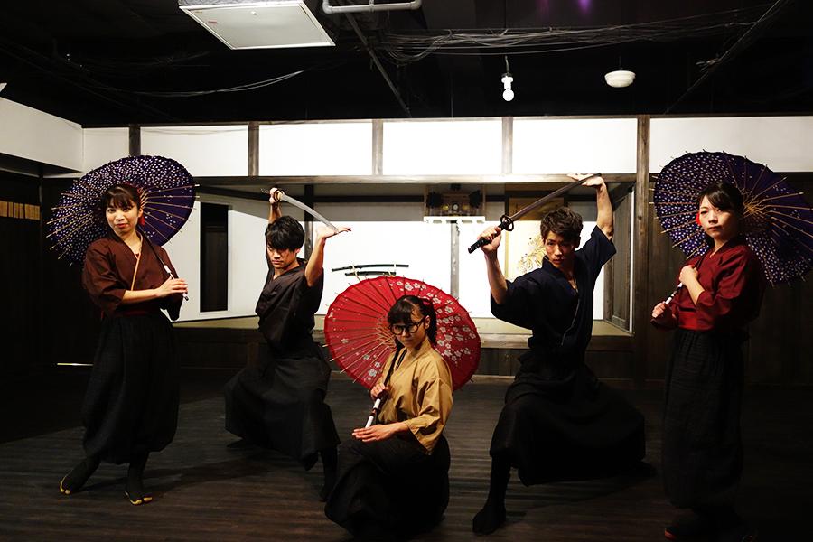 からくり屋敷を舞台に、剣術などを披露する忍者ショー