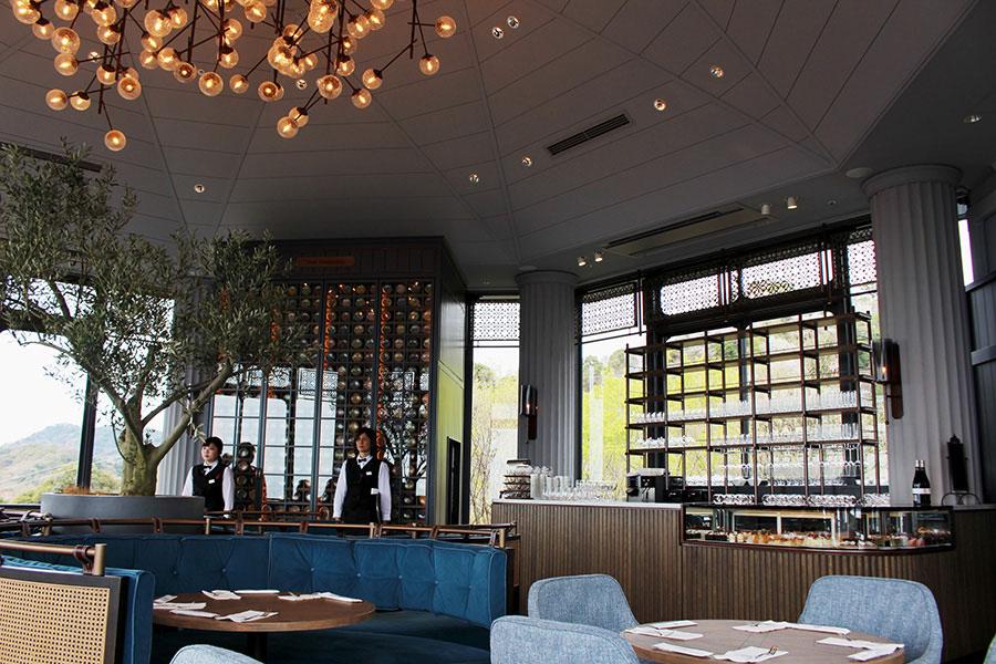 2階カフェラウンジのインテリアには、西洋のロートアイアン(錬鉄を曲げたデザイン)がポイントに使われ、エレガント