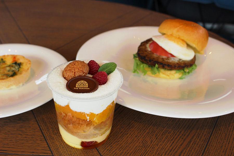 テラスメニューのフルーツの入ったパフェのような「サヴァラン」900円、「布引ハーブバーガー」1000円、「キッシュ」600円