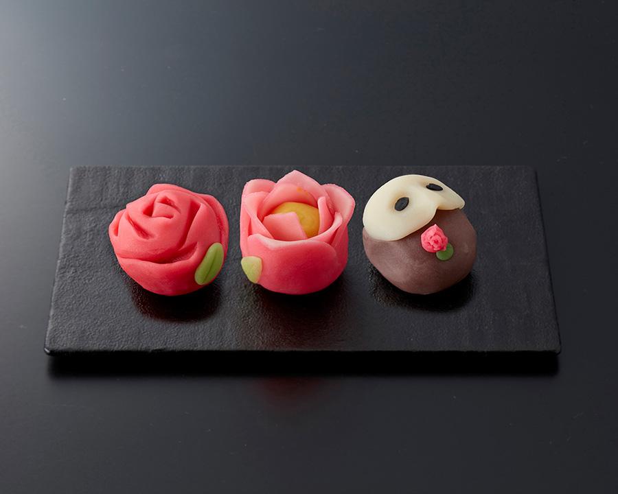 「俵屋吉富」による和菓子、左から情熱、告白、ファントム、各432円