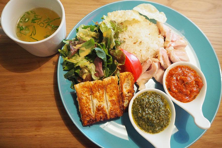 餃子餡で作ったソースをかけて食べるカオマンガイ風の「オレギョ流チキンライス」(餃子ハーフサイズとスープ付き・850円)※ランチタイムのみ提供