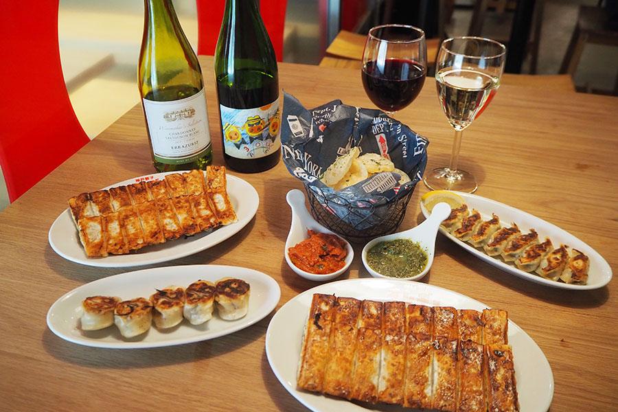 4種類の餃子のほか、蒸し鶏やゆで豚、ポテトサラダなどワインのアテメニューも充実