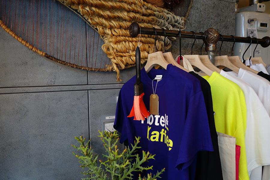Tシャツ、トートバッグなどオリジナルアイテムも販売
