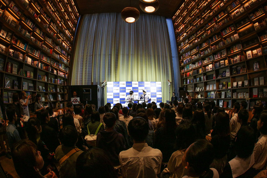 楽曲『栞』にちなみ、たくさんの本が並ぶ「枚方T-SITE」でイベントがおこなわれた