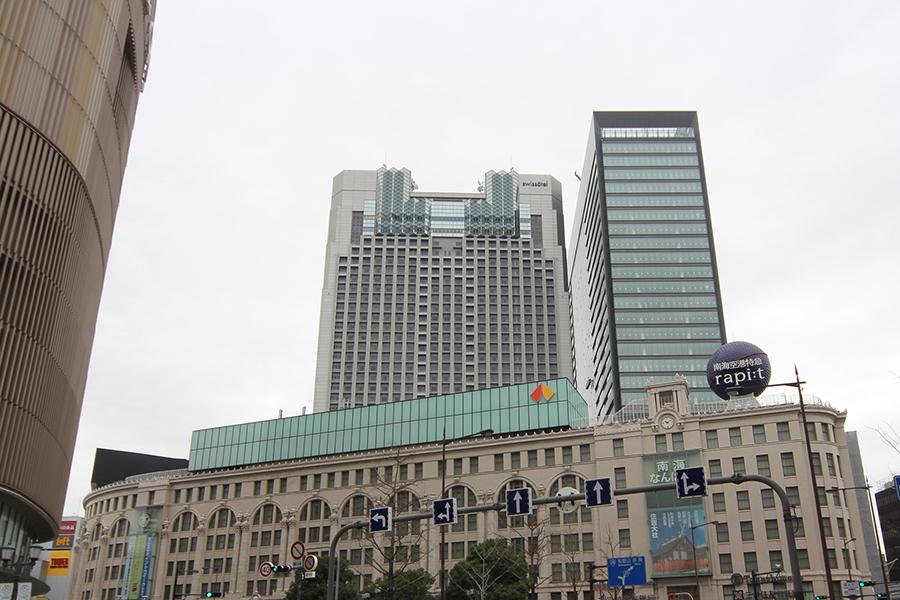 大阪高島屋の南側、スイスホテル南海大阪の西側に見えるビルが「なんばスカイオ」