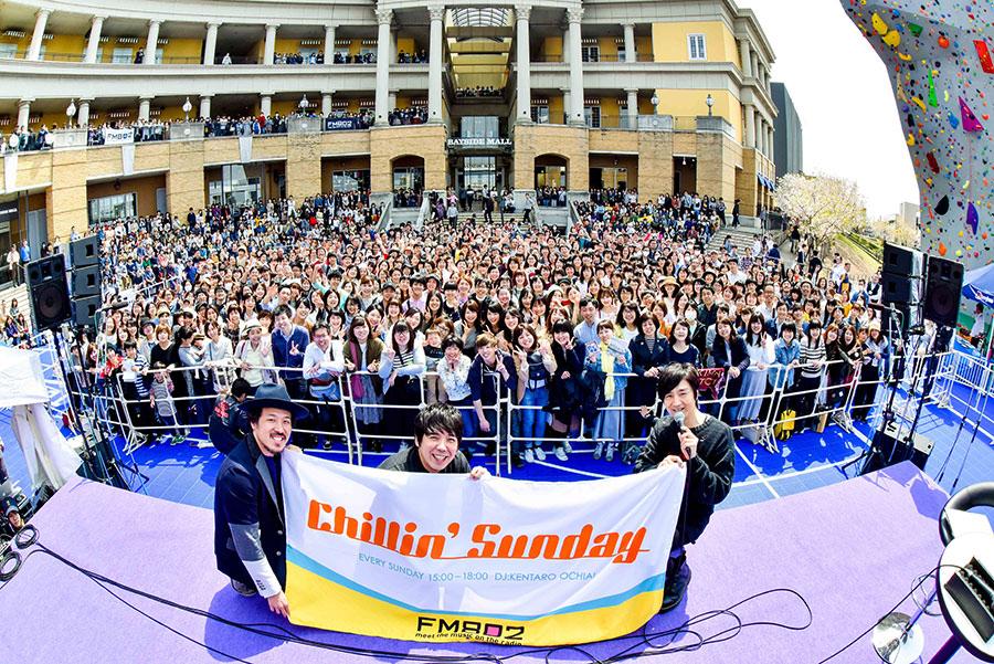 1000人以上のファンが集まった公開収録に登場したスキマスイッチ(左から常田真太郎、大橋卓弥)とDJの落合健太郎(1日、岸和田カンカン)