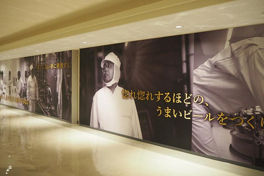 廊下には醸造家たちの姿を紹介するグラフィック展示も