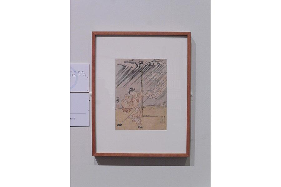 鈴木春信《夕立》明和2年(1765) 絵暦として制作された作品。向かって左に発注者の名前と印章(署名「伯制工」 印章「松伯制印」)、右に絵師と彫師と摺師(「画工 鈴木春信 彫工 遠藤五緑 摺工 湯本幸枝」)が記されている
