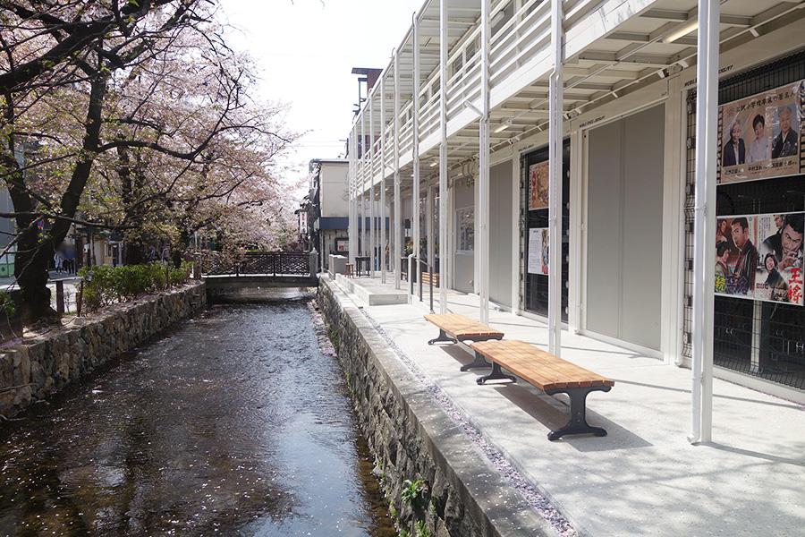 高瀬川沿いにあり、図書室から見える景色も心地よい
