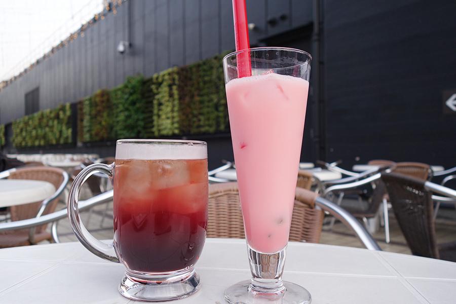 左が紫にんじんとブドウジュースと組み合わせた「パープルレッドアイ」、右が+200円の「アロエストロベリーヨーグルト」