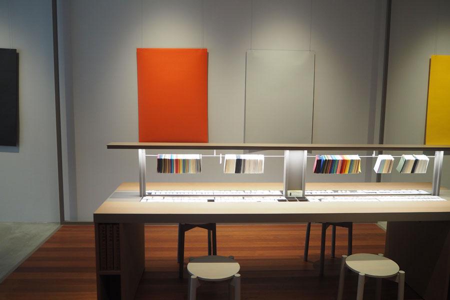 店内の壁面スペースでは、紙を使った企画展示がおこなわれる。現在は淀屋橋にまつわる色テーマで展示(大阪市中央公会堂、川、桜、いちょうなど)
