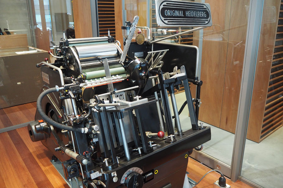店の真ん中には、ハイデルベルグ社の活版印刷機が設置されている