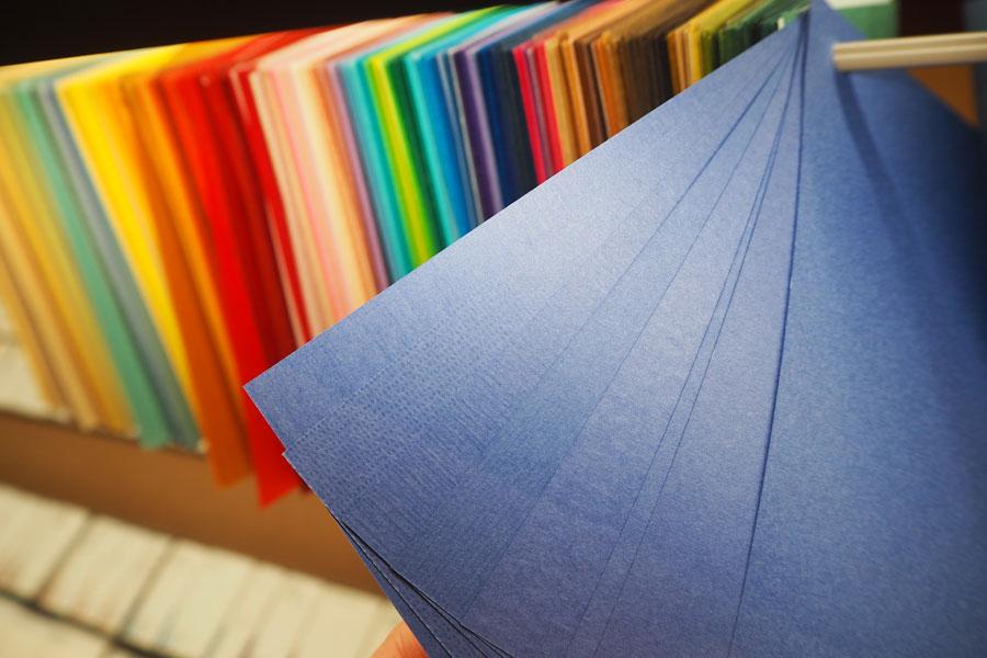 色や厚み別に分類されており、「この色がいいけどほかの紙が良い」などの悩みに対応しやすい