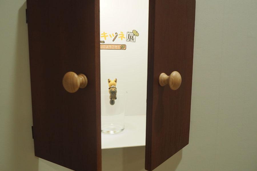 小さな扉を開けると、コップのふちにかわいい2匹の姿が!