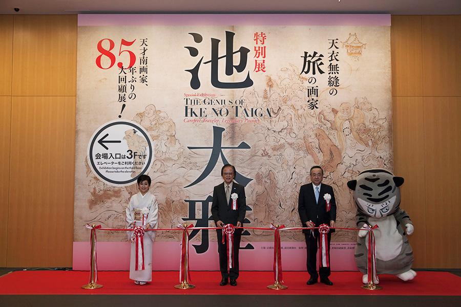 開会式でのテープカットに出席した竹下景子(左)