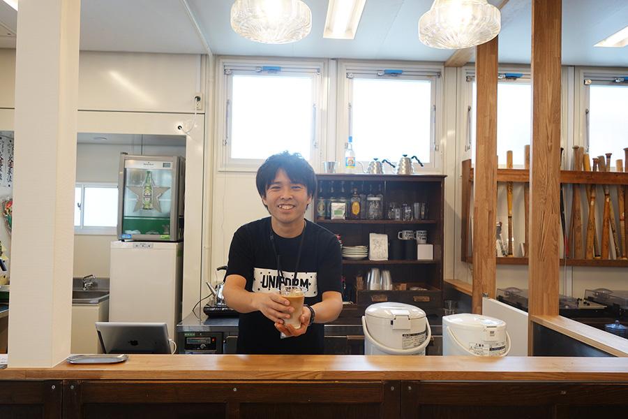 「TRAVELING COFFEE」は、コーヒーが月替わりに。「さらさ焼き菓子工房」の焼き菓子も販売
