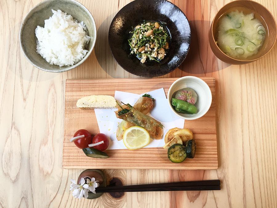 前菜と総菜盛り合わせ、小鉢、おみそ汁、土鍋で炊いたごはんが付いた「二十四節気の昼ごはん」950円(~午後2時)