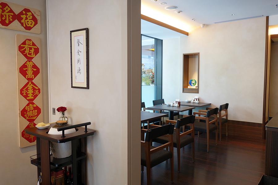 2階のイートインスペース、夜は人気の麻婆豆腐などをアラカルトで