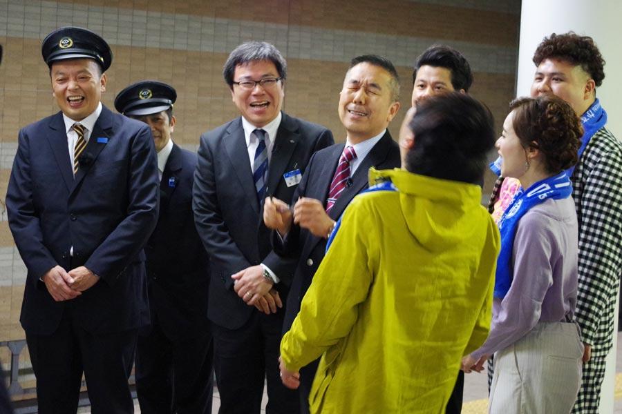 近鉄電車の広報担当者(左から4人目)から阪神電車の広報担当者(左から3人目)にバトンタッチ