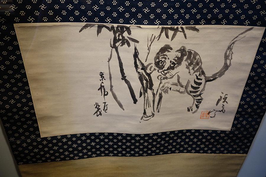 富岡鉄斎による、竹に虎のお軸。富岡鉄斎の筆による、菓銘を木版にしたものも