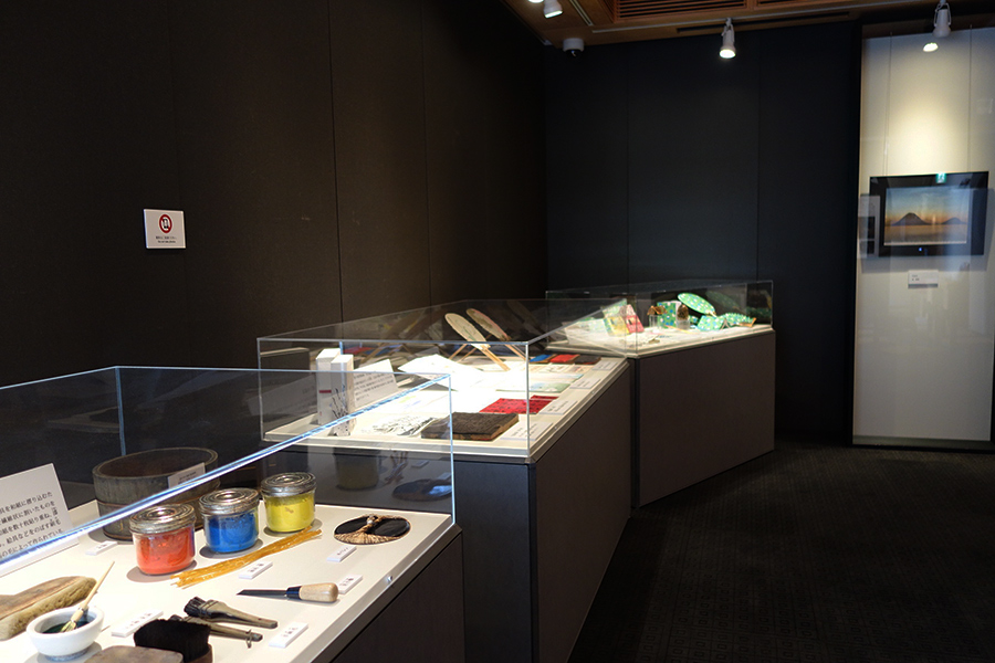 刷毛やバレンなど、「竹笹堂」が使用する、木版画の道具も展示される