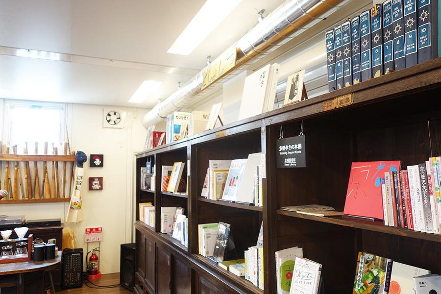 使用している本棚や奥に見えるバットなども、小学校で使用されているもの
