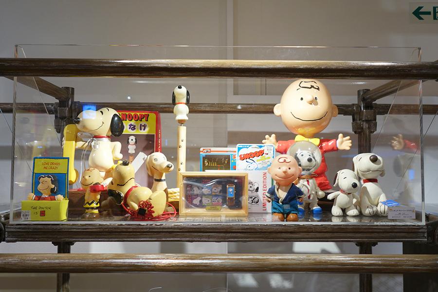 大谷氏によるコレクションや作品アイデアのメモなどの展示も