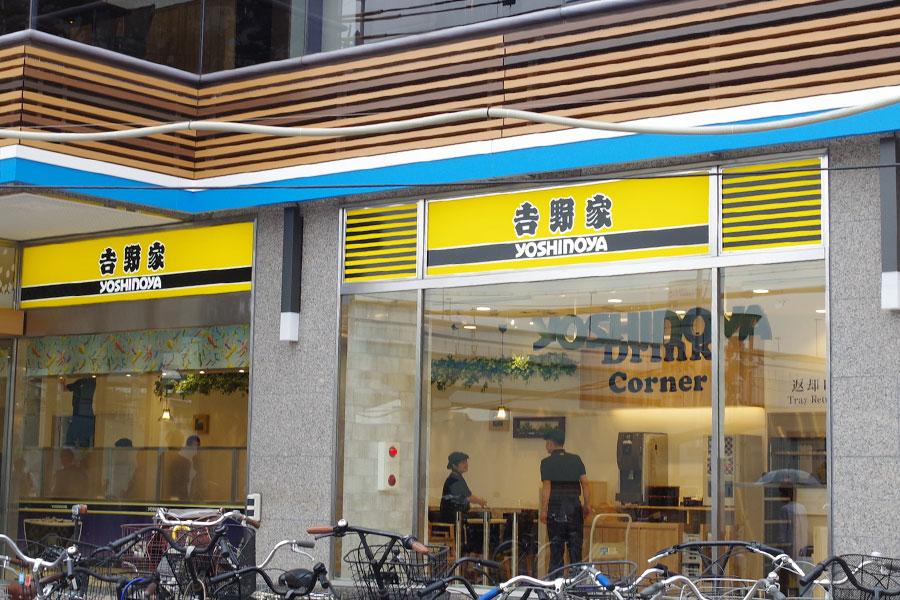 通常はオレンジ色のところ、「コロワ甲子園店」では特別にタイガースカラーの看板