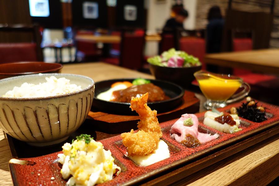ローストビーフとエビフライは定番の副菜。エビフライをメインに選んだ場合は、2種の異なるエビフライが楽しめる