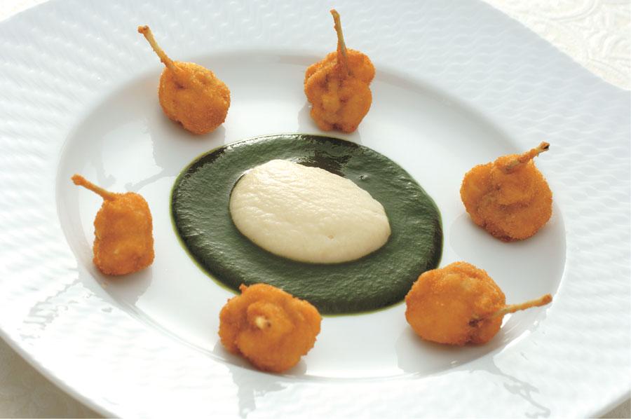 「グルヌイユのパン粉付け焼き」(カエルの料理)は、山口浩総料理人の師匠である、ベルナール・ロワゾー氏のスペシャリテ