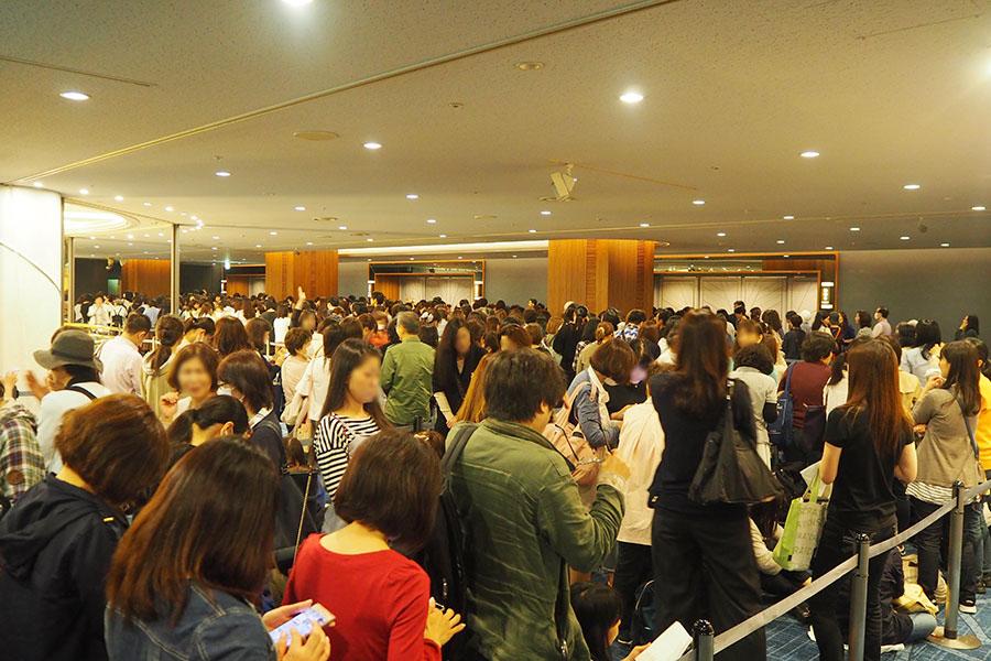 「スイスホテル南海大阪」の特設会場で、グッズ購入を待つ人々