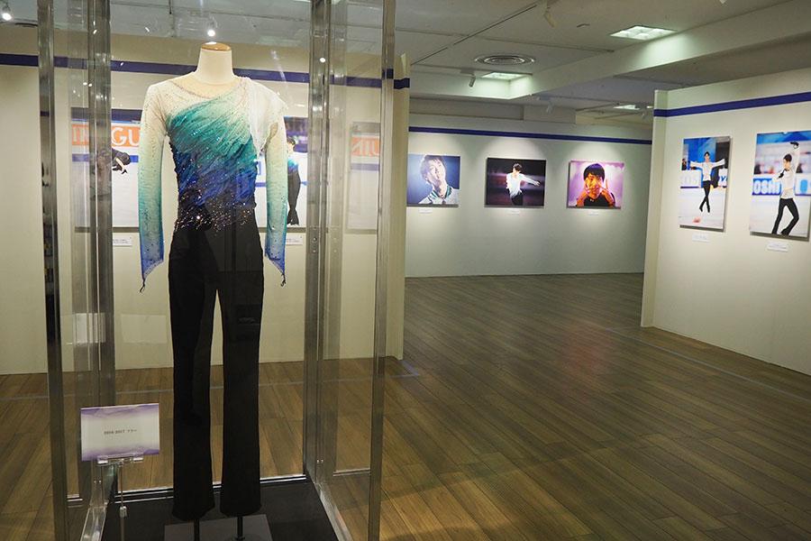 「2016-2017 フリー」など、シーズンごとの衣装を展示