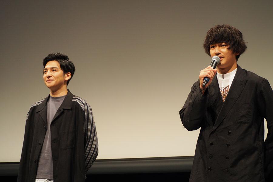 映画『友罪』の舞台挨拶に登場した生田斗真(左)と瑛太(13日・大阪市内)