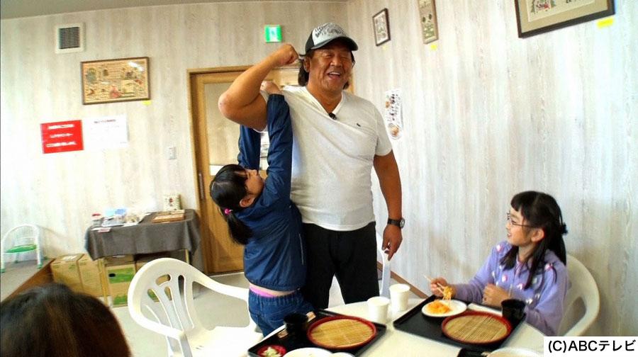 ホタテ漁師さんの家で遊ぶ子どもたちに相席をお願いする長州力