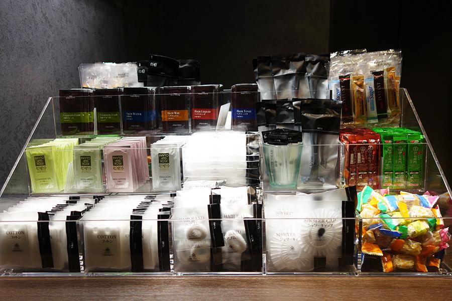 シャワーキャップ、コットン、化粧水などのアメニティはセルフサービス