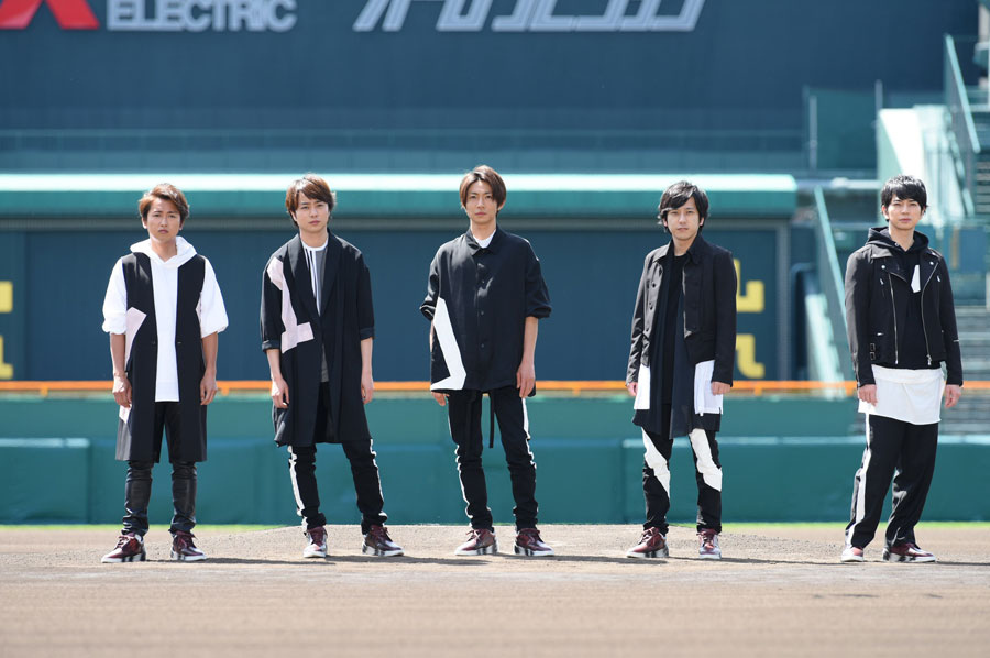 夏の高校野球応援ソング『夏疾風』を歌う嵐(左から大野智、櫻井翔、相葉雅紀、二宮和也、松本潤)