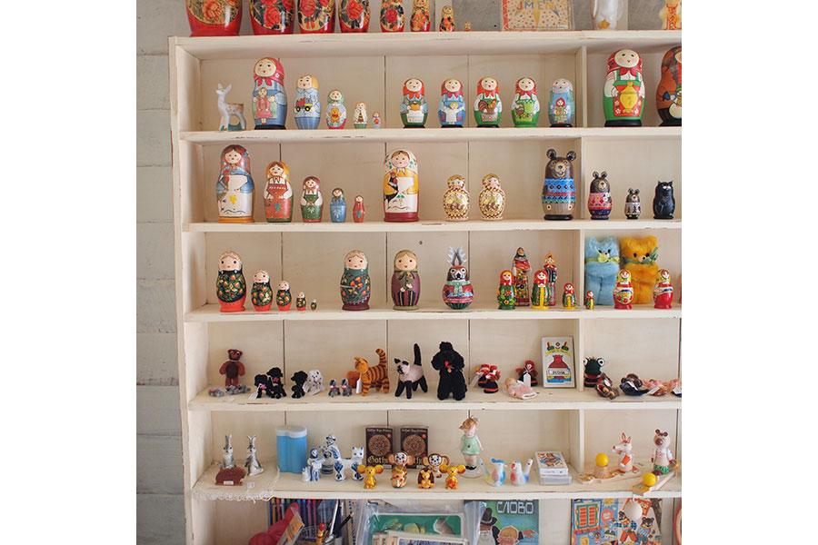 ならまちブームの先駆け的存在のカフェ「カナカナ」を営む井岡さんが集めた雑貨が並ぶ