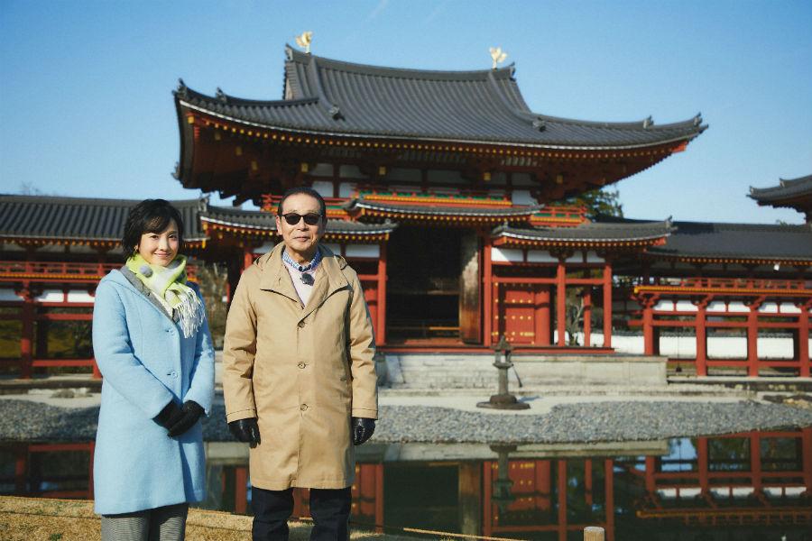 国宝・平等院鳳凰堂をバックにタモリ(右)と林田理沙アナウンサー