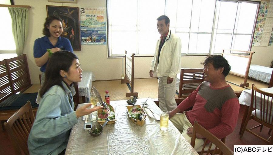東京都で一年中南国気分が楽しめる八丈島を訪れた横澤夏子(左)