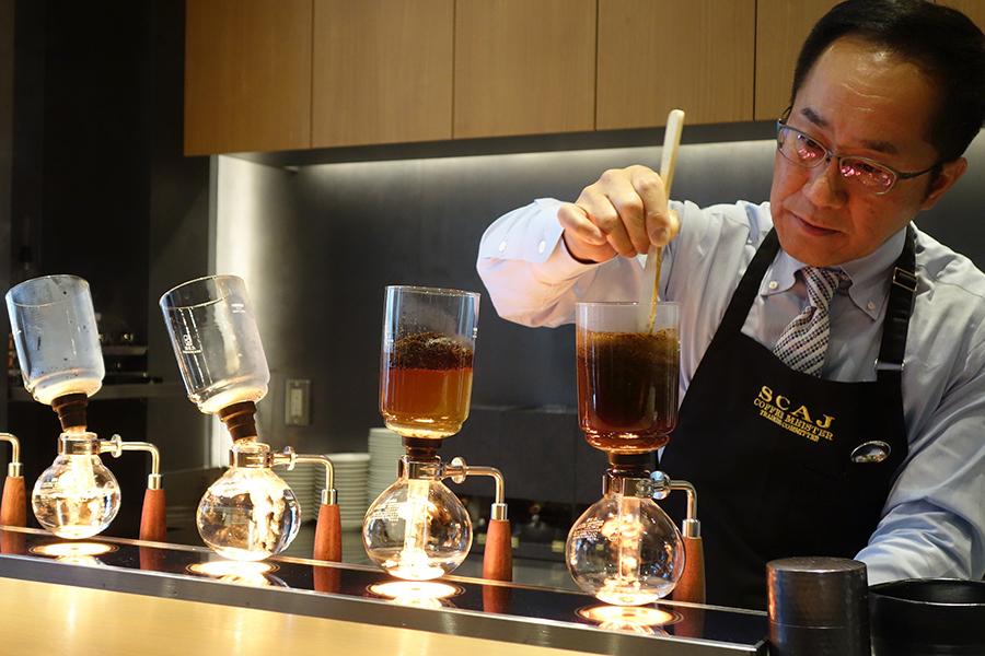 コーヒーの状態を見極めながら淹れる、取締役の菅野眞博さん